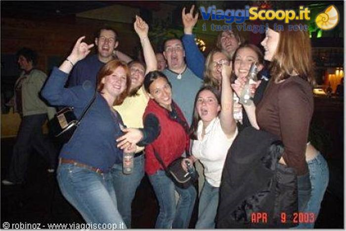 Stephanie, Anton, Rebby, io, Barclay, Tina, Louise, Paul, Brooke, Allison al disco pub NUOVA ZELANDA