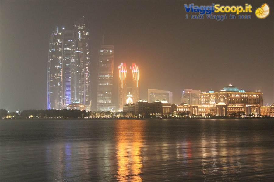 Skyline by night EMIRATI ARABI UNITI